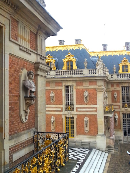 A flight of 5 steps separates the Cour de Marbre from the Cour Royale.
