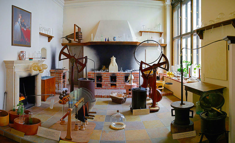 An 18th century chemistry laboratory preserved at the Natural History Museum in Vienna.  Credit: By Sandstein - Own work, CC BY 3.0, https://commons.wikimedia.org/w/index.php?curid=10392525
